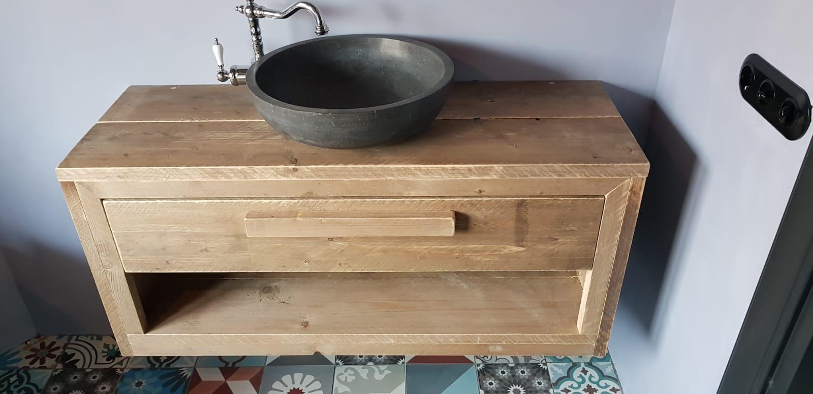 Moderne wastafel met stenen kom.
